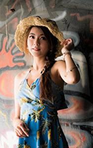 Картинка Граффити Азиатка Стенка Платья Косы Шляпа Позирует молодая женщина