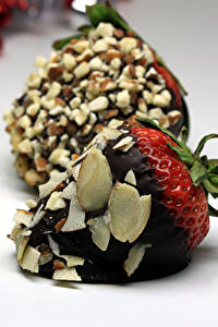 Картинки Сладкая еда Клубника Шоколад Орехи Пища