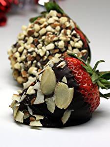 Картинки Сладости Клубника Шоколад Орехи Пища