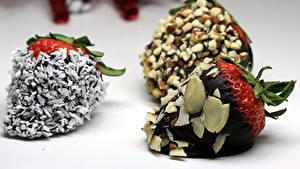 Картинки Сладкая еда Клубника Шоколад Орехи