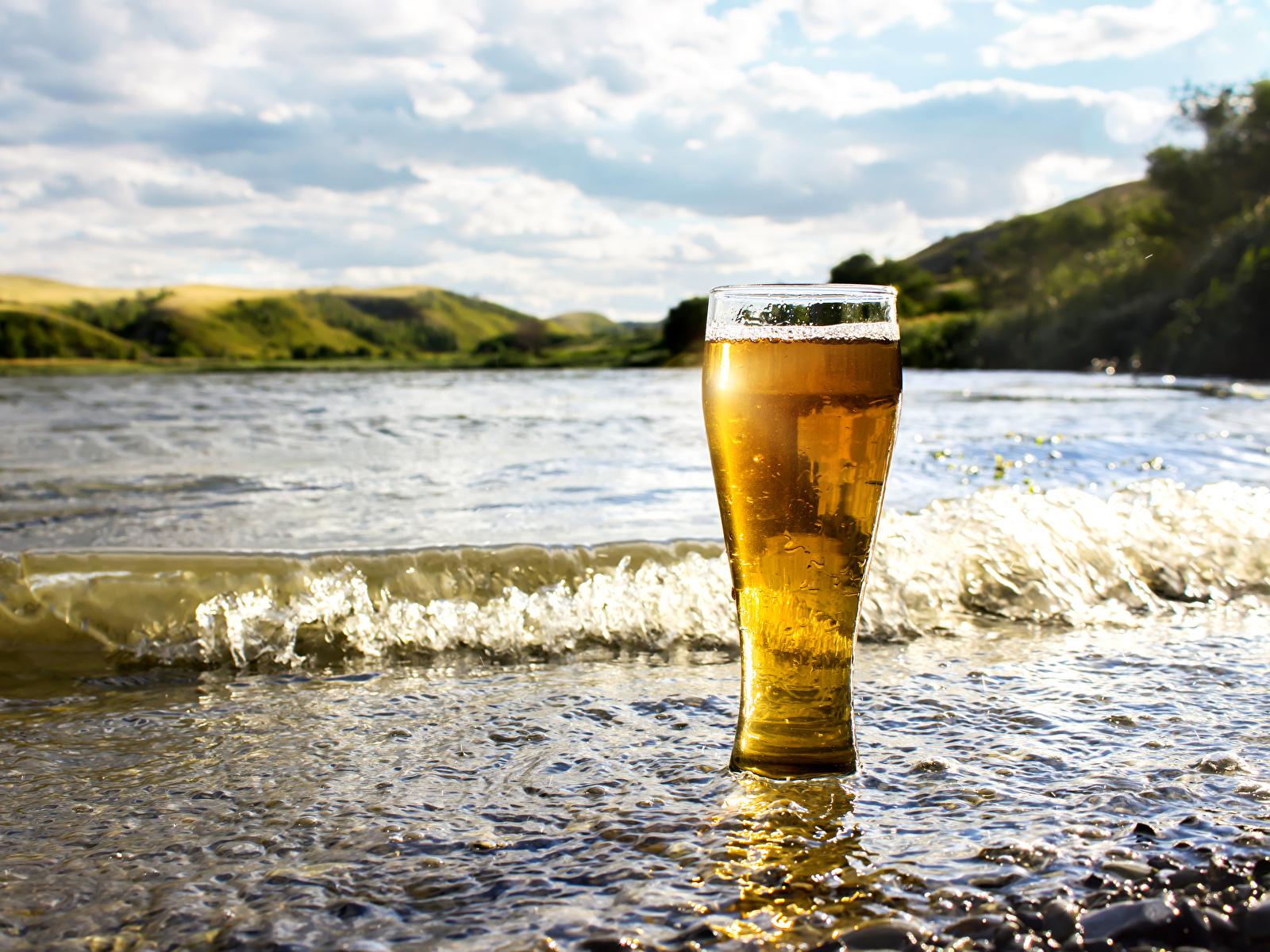Картинки Пиво Волны стакана Побережье Продукты питания 1600x1200 Стакан стакане Еда Пища берег