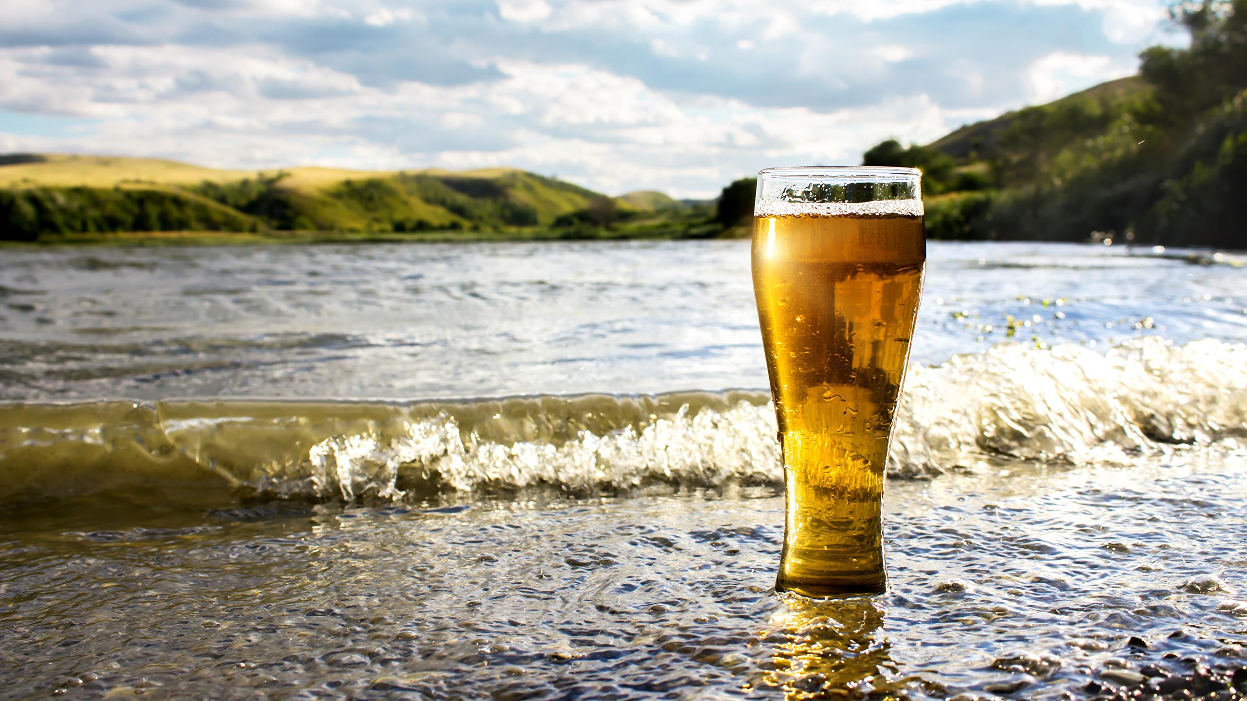 Картинки Пиво Волны стакана Побережье Продукты питания 2560x1440 Стакан стакане Еда Пища берег