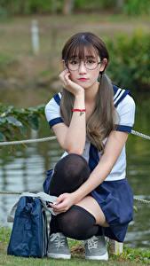 Фотография Азиаты Гольф Очках Сидя Ученица Красивая Милые девушка