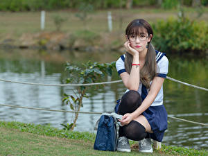 Фотография Азиатки Гольф Очках Сидя Ученица Красивая Милые девушка