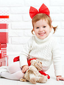 Картинка Рождество Мишки Девочка Подарок Улыбка Бант Дети