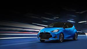 Фото Toyota Голубых Едущий 2020 Yaris Hybrid авто