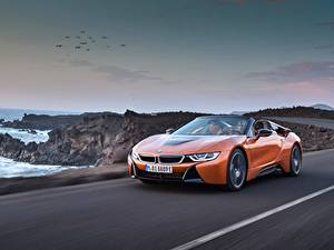 Фото BMW Оранжевая Едущий Родстер 2018 i8 автомобиль