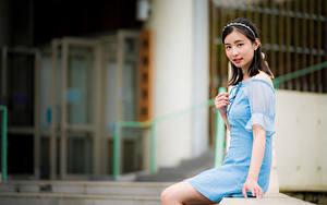 Фото Азиатки Боке Сидящие Платья Брюнетки Смотрит девушка
