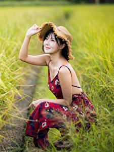 Фотография Азиатки Поля Боке Сидящие Платья Рука Шляпы Улыбается девушка