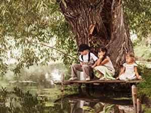 Обои Ловля рыбы Удочка Мальчик Девочка Ствол дерева Три Дети
