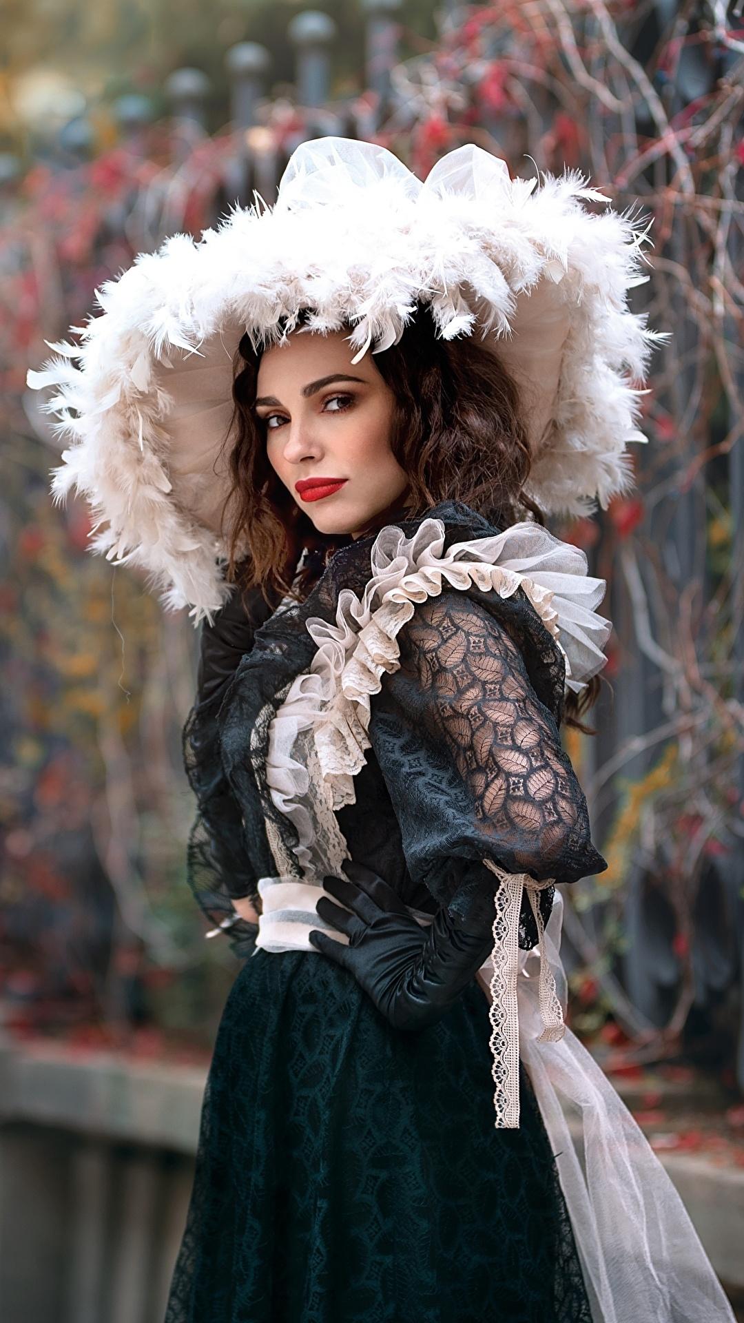 Обои для рабочего стола Размытый фон Шляпа винтаж Девушки платья 1080x1920 для мобильного телефона боке Ретро шляпы шляпе девушка старинные молодые женщины молодая женщина Платье