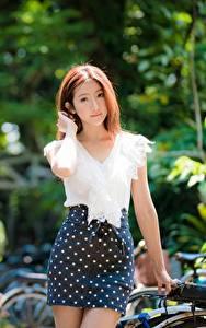 Обои Азиатки Боке Юбки Шатенки Смотрит БЛУЗКА девушка