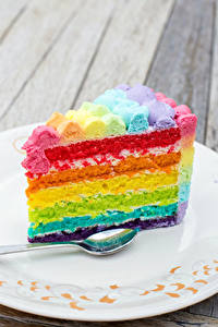 Картинка Торты Кусок Разноцветные Тарелка Ложка Пища
