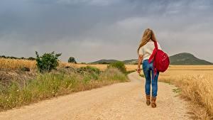 Фотографии Дороги Траве Блондинки Прогулка Ног Джинсов Рюкзак Вид сзади