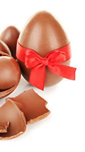 Фото Праздники Пасха Шоколад Белый фон Яйца Бант Пища