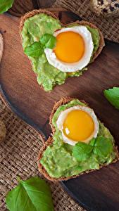 Обои Бутерброд Хлеб Сердце Яичница Яйца Разделочной доске Еда