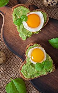 Обои Бутерброды Хлеб Сердце Яичница Яйца Разделочная доска