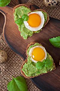 Обои Бутерброд Хлеб Сердце Яичница Яйца Разделочной доске