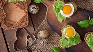 Обои Бутерброды Хлеб Сердце Яичница Яйца Разделочная доска Еда
