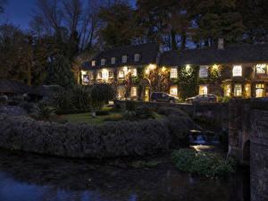 Картинки Англия Здания Река Вечер Кусты village Bibury Gloucestershire город