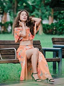 Фотография Азиаты Скамья Сидит Ноги Красивые Шатенка молодая женщина