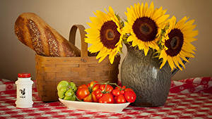 Фотография Натюрморт Подсолнухи Хлеб Помидоры Вазы Корзины Продукты питания Цветы