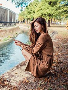 Фотография Азиатки Шатенка Платья Сидит Водный канал Девушки