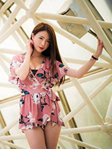 Картинка Азиаты Размытый фон Платья Рука Шатенки Волос Смотрит Красивые молодые женщины