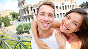 Фотография Мужчины Влюбленные пары Вдвоем Радость Шатенки Объятие Зубы Улыбка девушка