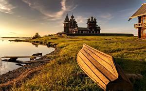 Фотография Россия Церковь Лодки Берег Деревянный Трава Kizhi, lake Onega Природа