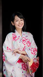 Фото Азиаты Кимоно Веер Улыбается Брюнетка молодая женщина