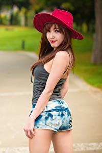 Картинка Азиатки Боке Шляпы Смотрит Рука Шорт Позирует девушка