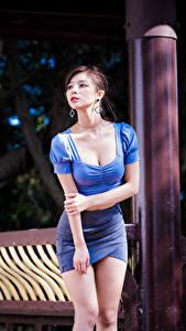 Фотография Азиаты Позирует Юбки Рука Блузка Вырез на платье Взгляд Боке Девушки