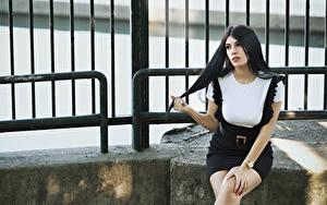 Картинка Брюнетка Сидит Руки Смотрит Martina молодые женщины