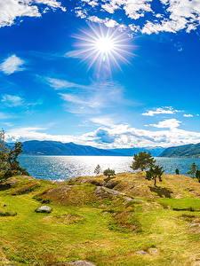 Картинка Исландия Река Побережье Небо Пейзаж Солнце Облако Трава