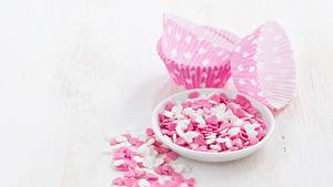 Фотографии День всех влюблённых Сладости Конфеты Белый фон Тарелка Сердце