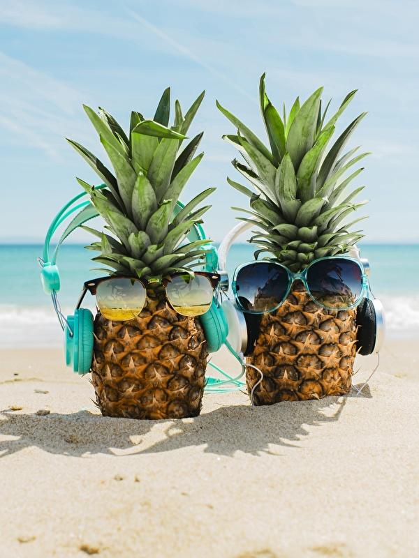 Картинка Наушники пляжи Море песке Ананасы Еда Очки 600x800 для мобильного телефона в наушниках Пляж пляже пляжа Песок песка Пища очках очков Продукты питания