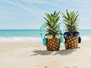 Картинка Ананасы Море Очки В наушниках Пляжи Песка Продукты питания