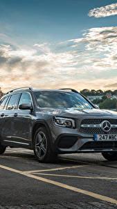 Картинки Mercedes-Benz Здания Асфальт Серый Металлик Кроссовер GLB 220 d 4MATIC, X247, 2020 Автомобили