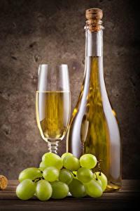 Картинка Вино Виноград Цветной фон Бутылка Бокалы Продукты питания