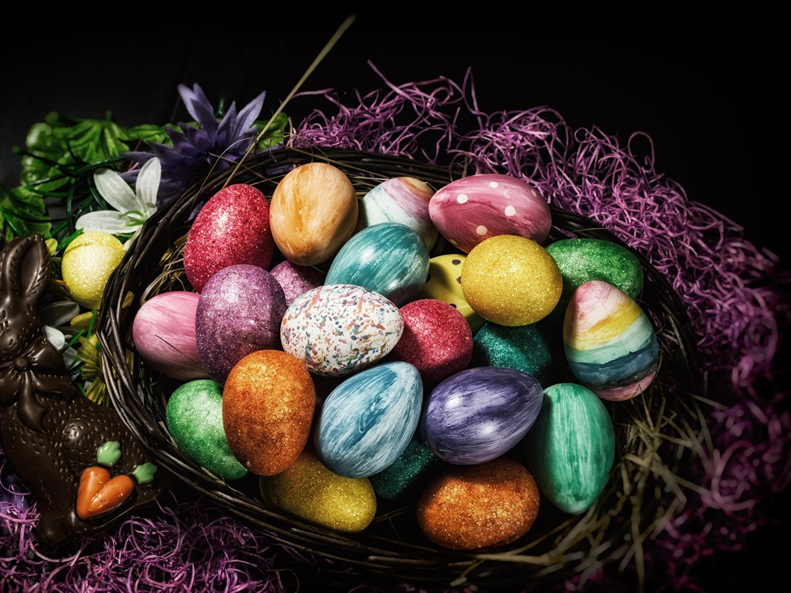 Фотографии Пасха кролик Разноцветные яйцо Шоколад Корзина сладкая еда 1600x1200 Кролики яиц Яйца яйцами корзины Корзинка Сладости