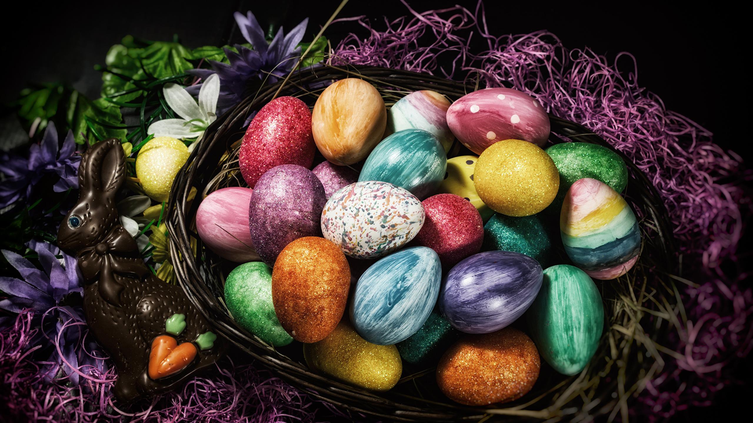 Фотографии Пасха Кролики Разноцветные яиц Шоколад Корзина сладкая еда 2560x1440 яйцо Яйца яйцами корзины Корзинка Сладости
