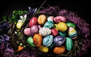 Фотографии Пасха Сладости Шоколад Кролики Яйца Корзина Разноцветные