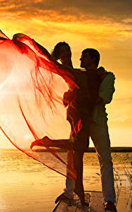 Картинки Рассветы и закаты Мужчины Любовь Два молодые женщины