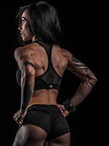 Фото Фитнес Позирует Вид сзади Тату На черном фоне Ягодицы Шорт Спины спортивные Девушки