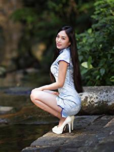Фото Азиатка Позирует Сидящие Платье Размытый фон Туфли Девушки