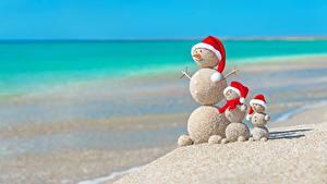 Картинка Оригинальные Рождество Лето Море Снеговик Песка Пляжа Шапка Шар Природа