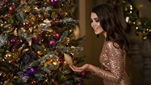 Обои Рождество Шатенка Новогодняя ёлка Шар Улыбка