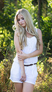 Картинки Блондинка Поза Рука Julia молодая женщина