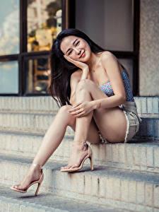 Фотография Азиаты Лестница Сидит Улыбка Ног Взгляд Девушки
